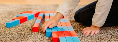 Niño aprendiendo matemáticas con Montessori